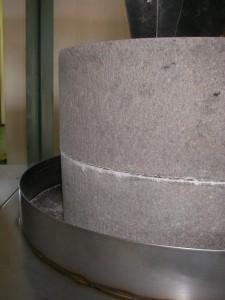 福井県産そば粉専用の石臼製粉機
