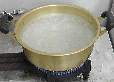 大きな鍋にたっぷりのお湯