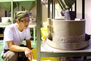 製粉中の福井県産「小和清水こわしょうず」の石臼