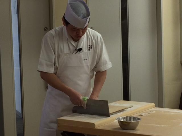 蕎麦・天婦羅やす竹の北谷社長の蕎麦打ち実演