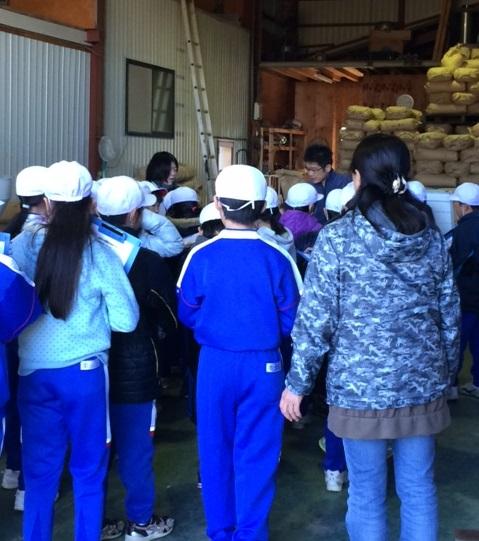小学生の製粉所社会見学風景
