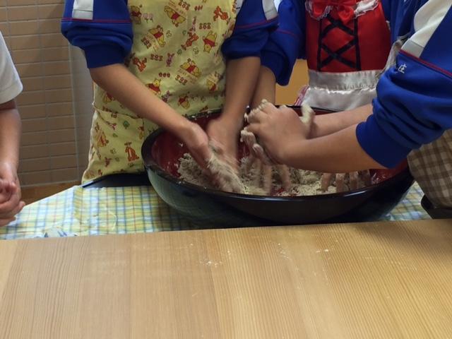 蕎麦打ち体験(水回し)作業中