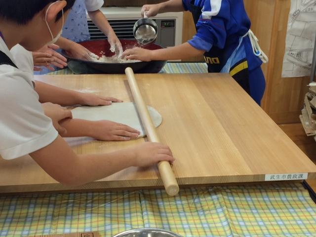 小学生の蕎麦打ち体験実習