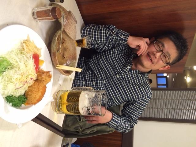 飲みすぎて酔っぱらっているそば粉屋ショップサイト店長増田浩庸