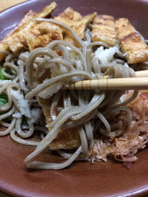 揚げおろし蕎麦の麺のアップ