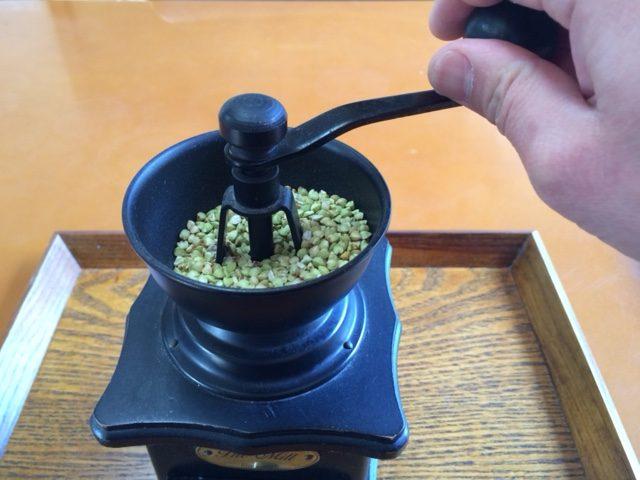 コーヒーミルでそばの抜き実を粉に粉砕