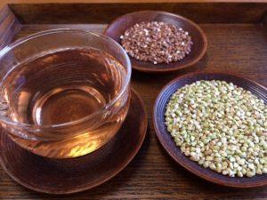 蕎麦茶の出来上がりと炒った蕎麦の実と生の蕎麦の実