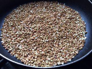 加熱後5分経過の蕎麦の実(抜き実)