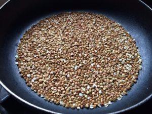 加熱後7~8分経過の蕎麦の実(抜き実)