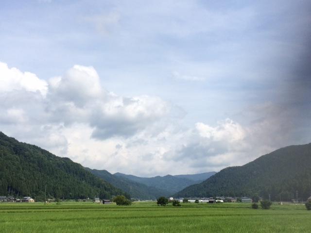山際にある山室町地区の田園風景