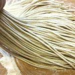 粗挽きそば粉(抜き実挽き)で打った蕎麦(茹でる前)