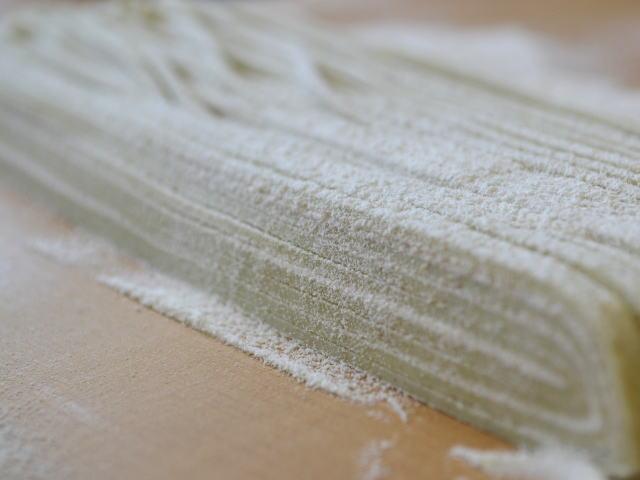福井県産丸岡在来早刈りそば粉で打った蕎麦の切り断面