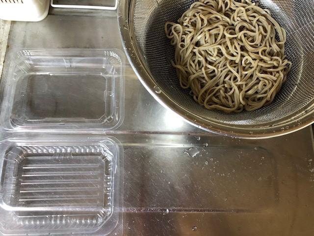 茹でたてのお蕎麦と保存容器