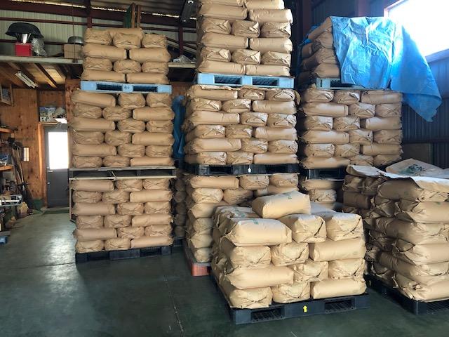 極寒の倉庫の中に積み立ててある福井県産在来種の玄ソバ