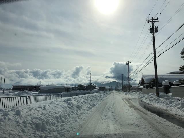 令和3年福井県の大雪後の除雪した車道(製粉所前)