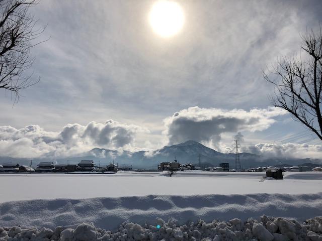 雪が止んで晴れ間の広がる美しい雪景色